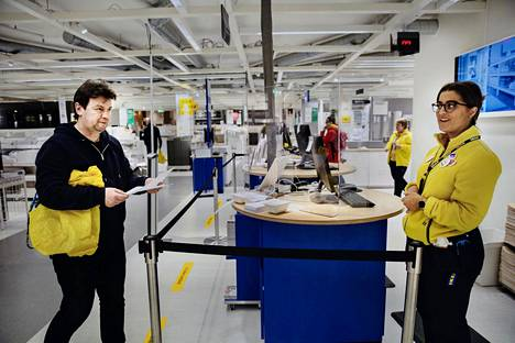Arnulf Hansen keskusteli Fanny Grentzeliuksen kanssa Ikean myymälässä Tukholman Kungens Kurvassa. Etäisyyttä oli varmistettu nauhoin. Ruotsi on luottanut koronakriisin torjunnassa suosituksiin ja ohjeisiin.