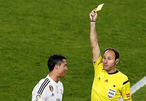 Real Madridin Cristiano Ronaldo sai keltaisen kortin tuomari Mateu Lahozilta Espanjan liigan ottelussa Camp Noun stadionilla Barcelonassa maaliskuun lopulla.
