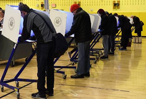 Äänestäjiä Manhattanilla 8. marraskuuta.