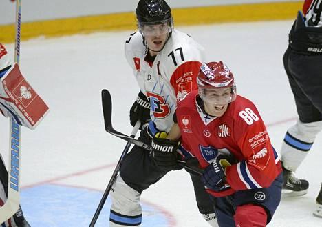 HIFK Joonas Rask vääntää Fribourgin Sebastian Schiltin kanssa.