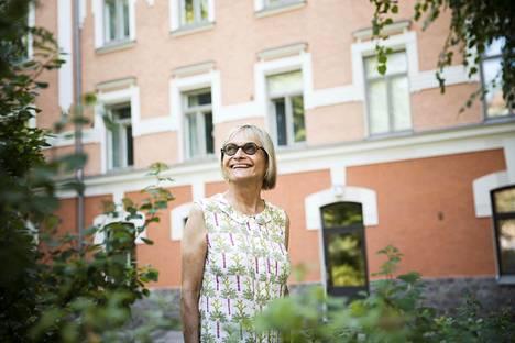 Chicagolainen Gayle McKeen arvostaa Helsingin puistoja ja siluettia, joka paljastaa kirkot.