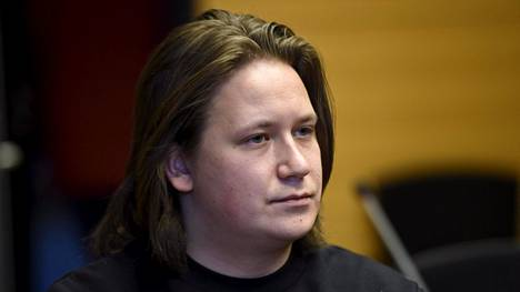 Räppäri Nikke Ankara eli oikealta nimeltään Niiles Hiirola Helsingin käräjäoikeudessa 27. helmikuuta.