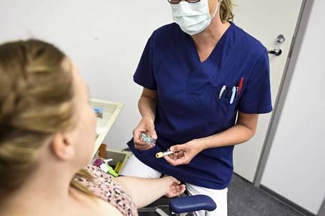 Terveystalon työntekijä otti verinäytettä Espoossa kesäkuussa koronaviruksen vasta-ainetestiä varten.