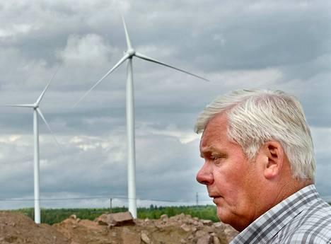 Haminan Neuvottoman kylässä asuva Kalevi Suntio on yksi asukkaista, jota uudet tuulivoimalat häiritsevät. Hän toivoo, että meluarvot laskisivat vähintään lupaehtojen mukaisiksi.