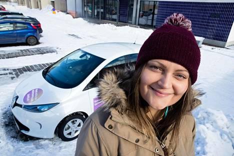 Taloyhtiön yhteiskäyttöauto helpottaa autottoman arkea. Meri Ahlfors on vuokrannut naapureiden yhteisen sähköauton muutaman kerran kauppareissuille.
