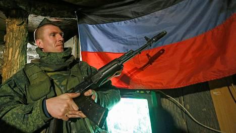 Venäjä-mielisten separatistijoukkojen sotilas Donetskin lähellä viime viikolla.