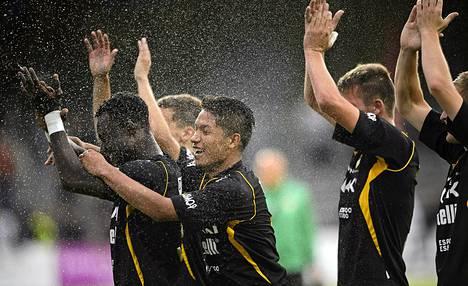 Hongan pelaajat kiittivät joukkueen faneja viime elokuussa TPS-voiton jälkeen.