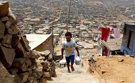 Paolo Grana kantaa vettä Pamplona Altan hökkelikylässä Perun pääkaupungissa Limassa. Viidennes Latinalaisen Amerikan asukkaista elää alle neljällä dollarilla päivässä.