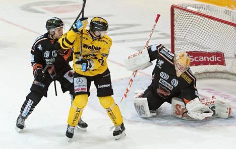 KooKoon maalilla viime kaudella torjuneelle Juha Järvenpäälle (oik.) hankittiin saksalainen tuuraaja Niklas Treutle.