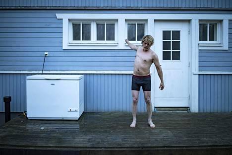 Jäisen kylvyn jälkeen Matikainen venyttelee terassillaan.