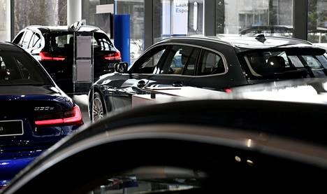 Uusia autoja kaupassa Espoossa 23. maaliskuuta.