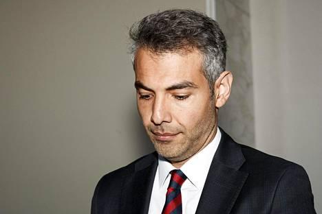 SDP:n uusi kansanedustaja Hussein al-Taee mediatilaisuudessaan maanantaina eduskunnan valtiosalissa.