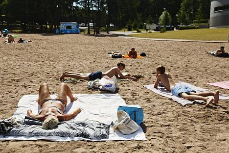 Auringonottajia Helsingin Hietaniemen uimarannalla heinäkuussa.