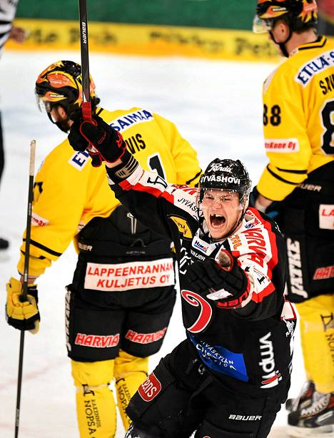 JYP putosi viime kaudella Liigan puolivälierissä. Tässä tuulettaa maalia Max Wärn.