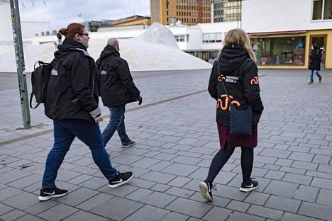 Eliisa Ahlstedt ja Jani Hoviaro sekä Emma Kallunki kiersivät kaduilla torstaina. Kadut ovat lähes tyhjiä, mutta yksittäisiä nuoria oli kuitenkin liikkeellä.