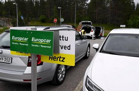 Autovuokraamojen vuokra-autoille varattuja paikkoja Rovaniemen lentokentän parkkipaikalla lauantaina.