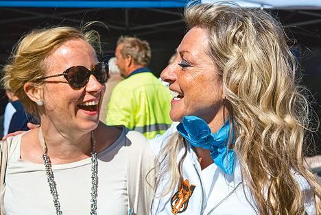 Sivistysvaliokunnan matkalla olleet kansanedustajat Sanna Lauslahti (kok) ja Ritva Elomaa (ps) viihtyivät yhdessä.