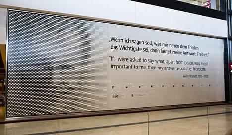 Willy Brandtin työ Saksojen yhdistämiseksi on uuden lentoaseman symboli.