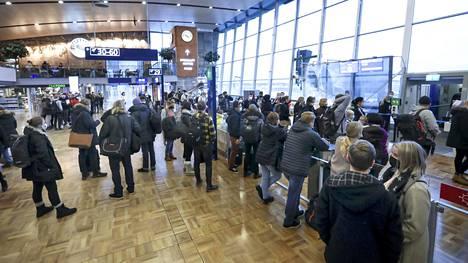 Brittiläinen koronavirusmuunnos saapui Suomeen ensimmäisen kerran joulupyhien jälkeen, kun kolmella Suomeen palanneella matkustajalla todettiin muuntuneen koronaviruksen aiheuttama tartunta Helsinki-Vantaa lentoasemalla otetuissa testeissä.