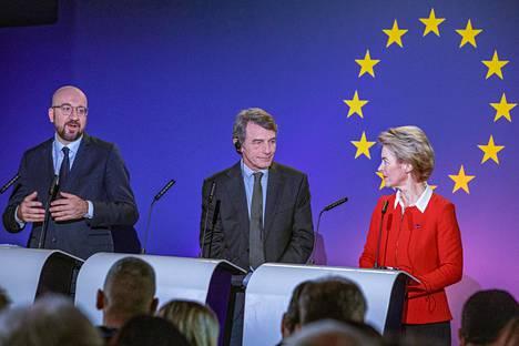 EU-johtajat Charles Michel (vas), David Sassoli ja Ursula von der Leyen puhuivat perjantaina Euroopan tulevaisuudesta.