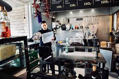 Ravintolaansa sulkukuntoon laittanut Franco Carmagnola ei osaa sanoa, miten koronaepidemia vaikuttaa hintoihin, kun tilanne on palannut normaaliksi.