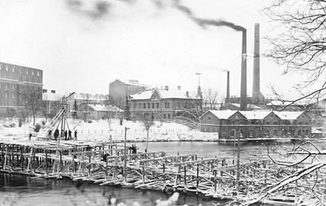 Arkistokuvassa näkyy Hämeensillan varasillan työmaa sen alkuvaiheissa todennäköisesti vuonna 1928. Takana olevassa maisemassa piippujen paikkeilla näkyy nykyään Hotelli Ilves.