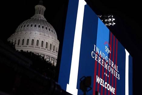 Joe Bidenin virkaanastujaisjuliste kongressitalolla keskiviikkona.