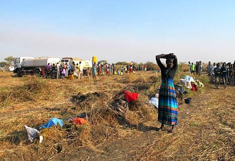 Ihmiset jonottavat vettä, jota jaettiin YK:n säiliörekoista Bentiussa Sudanissa.