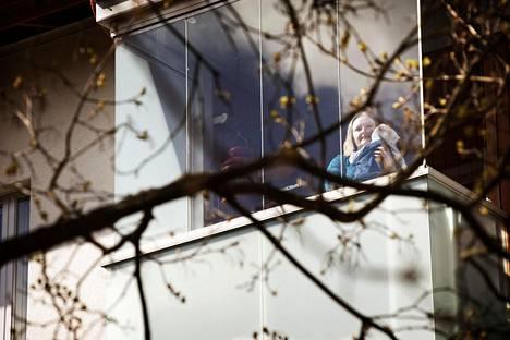 Espoon Kilossa sijaitseva taloyhtiö tahtoo lopettaa parveketupakoinnin ensimmäisten joukossa. Tupakointi on haitannut esimerkiksi lapsiperheitä, kertoo hallituksen puheenjohtaja Susanna Osola. Nelikuukautinen Lenni Mälkiä voi jäädä parvekkeelle päiväunille, sillä alakerran naapurit eivät polta.