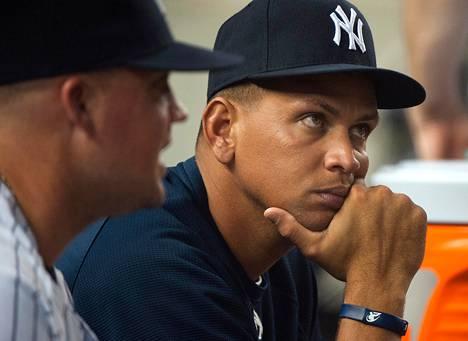 Kätensä loukannut Alex Rodriquez katseli ottelua New Yorkin Yankee-stadionilla elokuussa 2012.