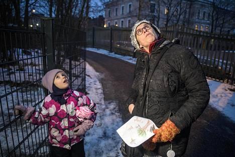 Karla Loppi vie Sivi-tyttärensä päivähoitoon Helsingissä. He ovat viettäneet myös Ruotsissa lapsiperhearkea.