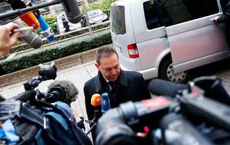 Kreikan valtiovarainministeri Jannis Stournaras keskusteli tiedotusvälineiden kanssa ennen euromaiden valtiovarainministerien kokousta Brysselissä maanantaina.