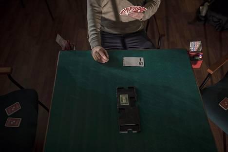 Bridge on hiljainen peli. Tarjousvaiheessa tarjoukset tehdään pahvilapuilla, ettei pelaaja pystyisi äänenpainollaan viestimään korteistaan.
