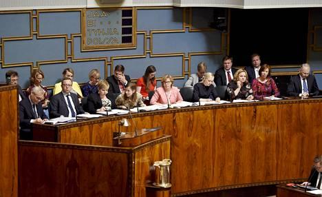 Hallituksen ministerit ministeriaitiosssa eduskunnan täysistunnossa kesäkuussa.