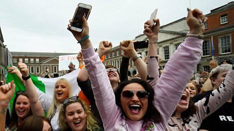 Naiset juhlivat Dublinissa toukokuussa 2018, kun Irlannin kansanäänestys oli kumonnut perustuslain aborttikiellon.