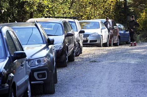 Kalkkiuunintien varsi täyttyi autoista jo 2011.