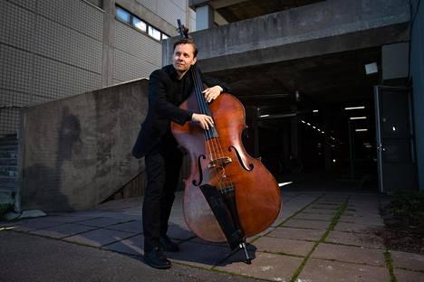 """Merihaasta työhuoneen vuokrannut Ville Herrala sanoo, ettei osaa kuvitella itselleen bassoa parempaa soitinta, eikä itselleen basistia parempaa ammattia: """"Minulla ei ole ollut koskaan varasuunnitelmaa."""""""