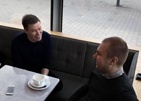 Petteri Koskela (vas.) ja Tuomo Lindholm puivat työvoimapoliittisia koulutuksia ja lamakokemuksia Sanomatalon kahvilassa.