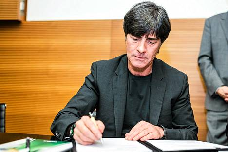 Joachim Löw allekirjoitti sopimuksensa perjantaina.