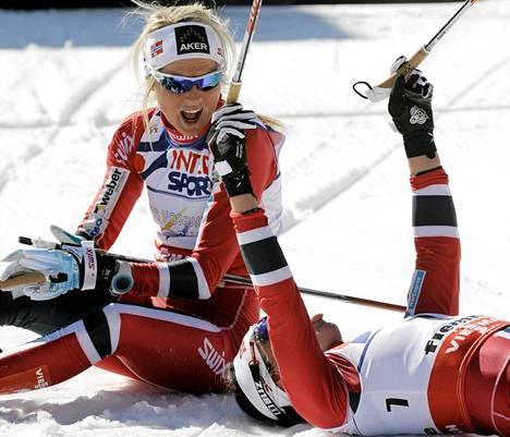 Marit Björgen (makuulla) tuuletti 30 kilometrin maailmanmestaruutta Val di Fiemmessä. Therese Johaug sai pronssia.