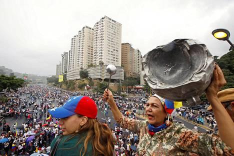 Mielenosoittajia Nicolas Maduron hallintoa vastustavan oppositon protestimarssilla Caracasissa keskiviikkona.