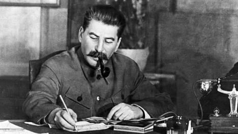Neuvostoarmeijan ylipäällikkö J. V. Stalin työpöytänsä ääressä.