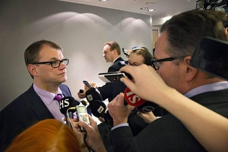 Voiko 65 sanan avulla selittää esimerkiksi pääministeri Juha Sipilän (kesk) ajamaa kilpailukykysopimusta? Sipilä kuvattuna SAK:n tiloissa 7. maaliskuuta.