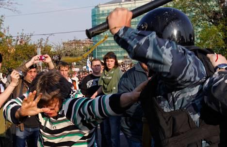 Opposition mielenosoitus päättyi väkivaltaisesti Vladimir Putinin virkaanastujaisten aattona 6. toukokuuta 2012.