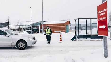 Tornion rajanylityspaikka tammikuussa, taustalla näkyy koronatestauskontteja.