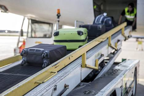 Laukkuja siirtymässä koneen ruumaan Helsinki-Vantaalla.