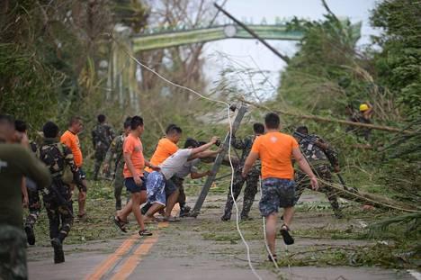 Pelastustyöntekijät raivasivat tietä myrskyn jäljiltä Baggaossa Cagayanin maakunnassa lauantaina.