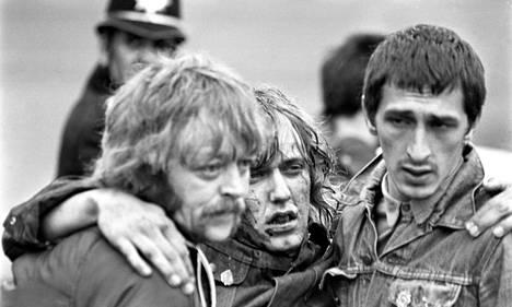 Toverit auttoivat loukkaantunutta lakkolaista Orgreavessa 1984.