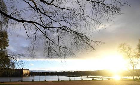 Sadepilvet uhkasivat peittää iltapäivän auringonsäteet Helsingin Tokoinrannassa 23. marraskuuta 2020.