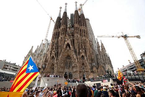 Mielenosoittajat kokoontuivat perjantaina Sagrada Familia -kirkon eteen Barcelonassa.
